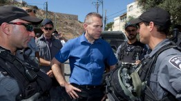 Menteri Keamanan Israel, Gilad Erden dilempari batu oleh pemuda Palestina