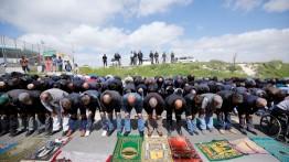 Puluhan warga Palestina gelar sholat Jum'at di depan gerbang desa Esawiya untuk menentang Israel