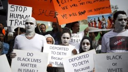 Tolak deportasi, mugran Afrika mengecat putih wajah mereka