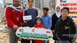 MASYARAKAT INDONESIA BERI Bantuan keluarga di Gaza rumahnya hancur akibat serangan Israel, ini penuturan korban Agresi.