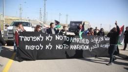 Aktivis dan warga Palestina lakukan aksi protes terhadap 'jalan apartheid' di Tepi Barat