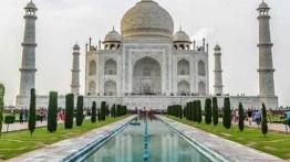 Kecuali hari Jumat, Masjid Taj Mahal ditutup untuk pelaksanaan shalat