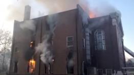 Sebuah perpustakaan penting terbakar di Amerika Serikat