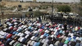 Ribuan warga Palestina laksanakan shalat Jumat di jalan-jalan kota Al-Quds.