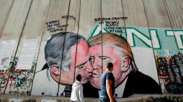 """Trump & Netanyahu """"berciuman"""" dalam lukisan di tembok pemisah Tepi Barat"""
