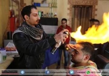 Pangkas rambut teknik nyala api ala pemuda Gaza Palestina