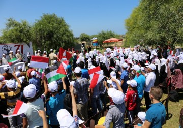 Ratusan Muslim Gaza Palestina Merayakan HUT RI ke 71 Mengibarkan B