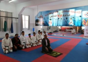 Kontingen Karate asal Gaza sedang sholat berjamaah disela-sela lat