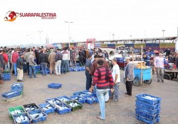 Mancing ikan di pelabuhan Gaza